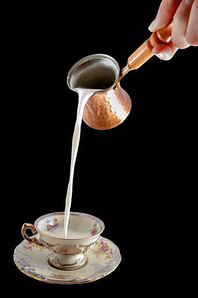 gießen milch in die antike kaffeetasse - pfannen test stock-fotos und bilder