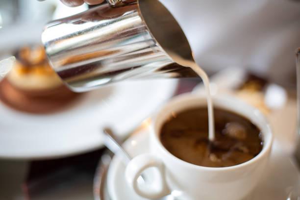 milch in filterkaffee gießen - agrobacter stock-fotos und bilder