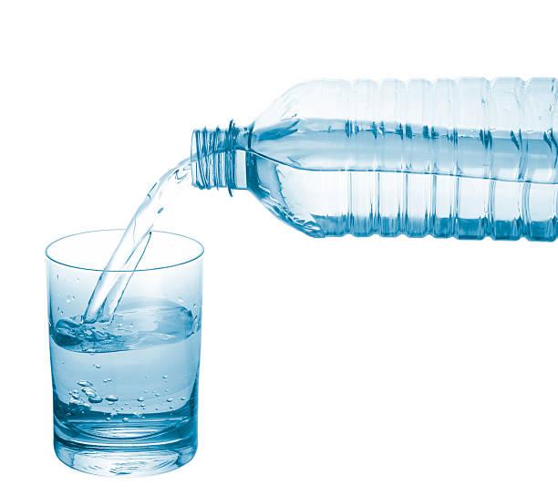 Eingießen Mineralwasser. – Foto