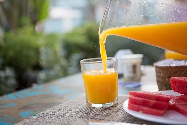 Gießen Orangensaft – Foto
