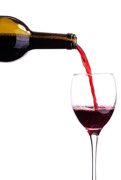 Gießen Rotwein in ein Glas – Foto