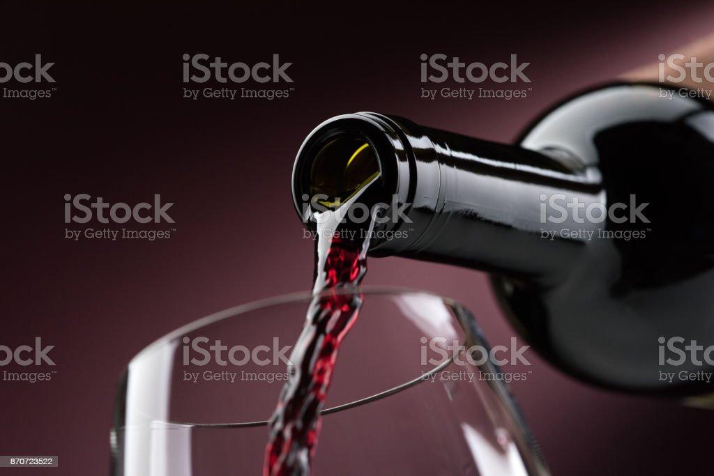 Roten Wein Eingießen in ein Weinglas – Foto