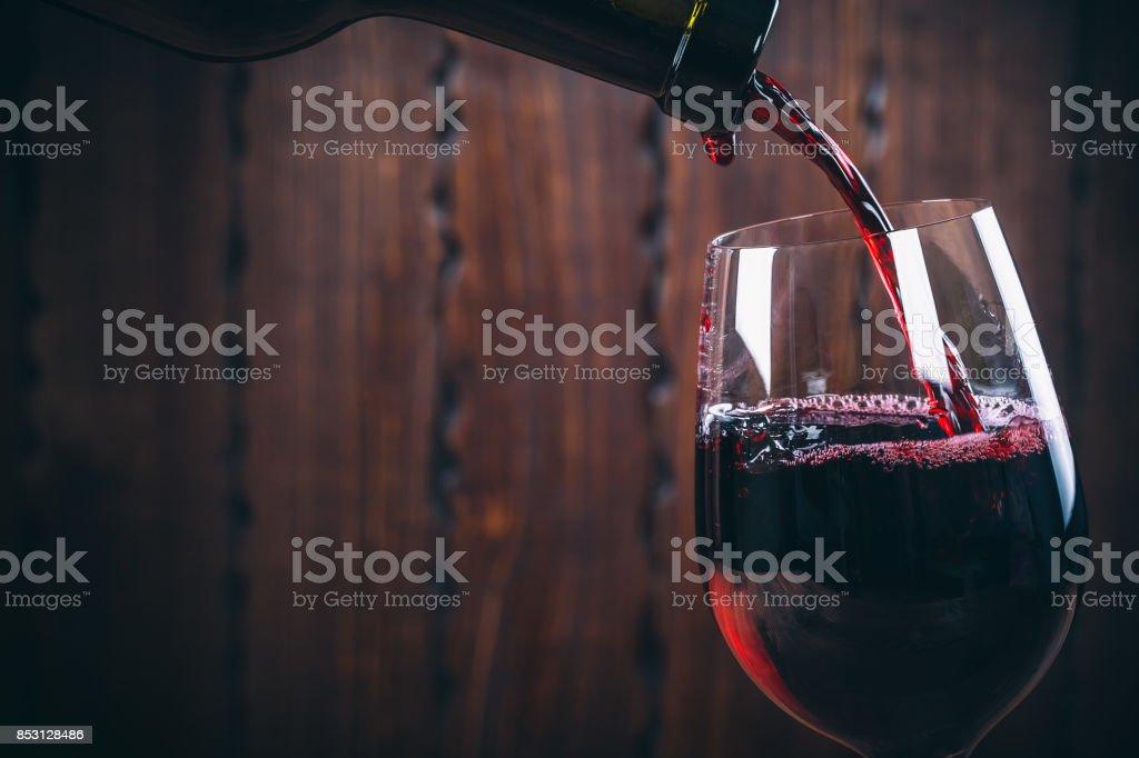 주둥이 레드 와인 에 대한 유리컵 압살했다 배경기술 - 로열티 프리 0명 스톡 사진