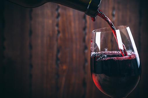 주둥이 레드 와인 에 대한 유리컵 압살했다 배경기술 0명에 대한 스톡 사진 및 기타 이미지