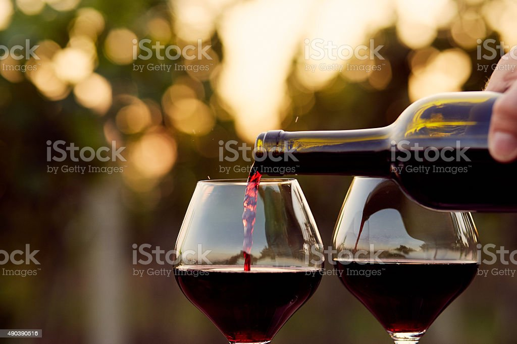 Verser le vin rouge - Photo