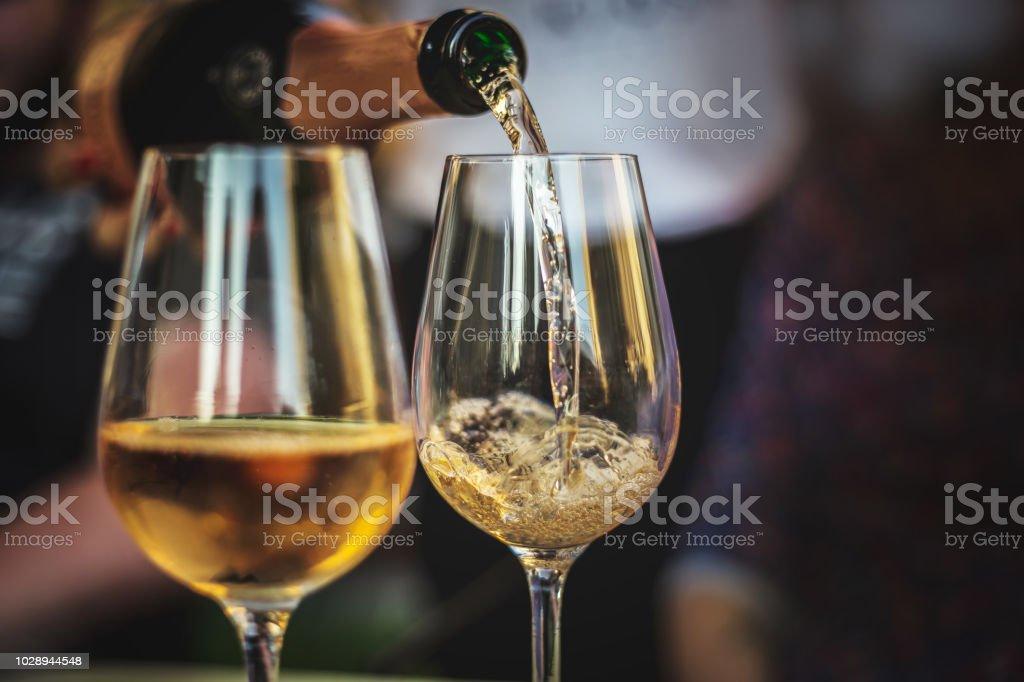 verser le Champagne rose dans un verre photo libre de droits