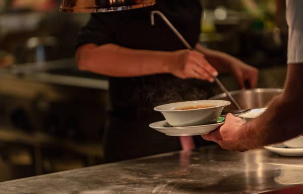 Suppe gießen – Foto