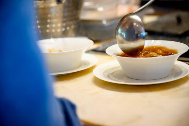 Gießen der Suppe mit Pfanne – Foto