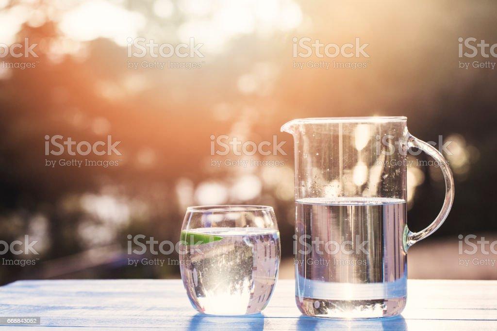Wasser aus dem Krug in Glas gießen – Foto
