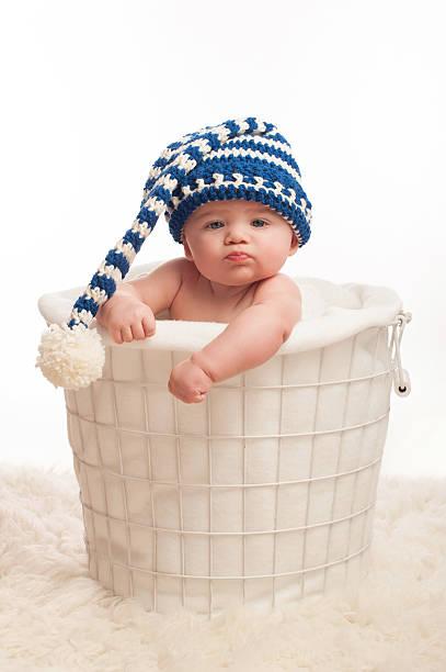 pouting baby-junge trägt einen strumpf-kappe - kindermütze häkeln stock-fotos und bilder