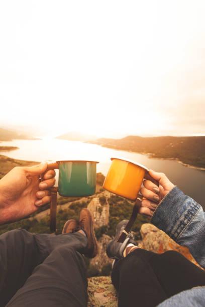 POV Bild des Paares hält Emaille Becher auf Berggipfel – Foto