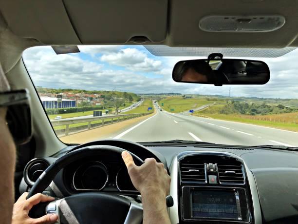 POV de um homem dirigindo um carro nas estradas do Brasil. - foto de acervo