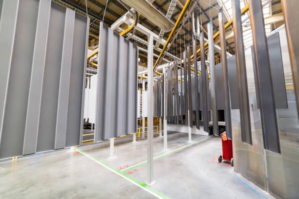 Pulverbeschichtungsanlage. Metallplatten sind auf ein Hängeförderer Linie ausgesetzt. – Foto