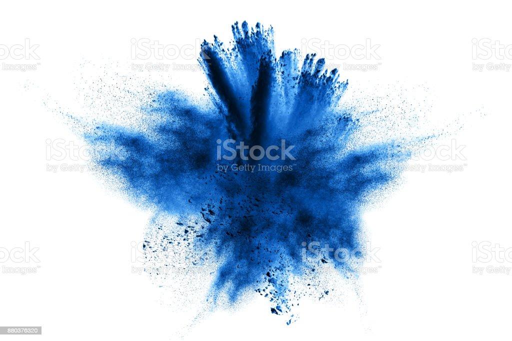 explosión de polvo. Explosión de polvo. Closeup de explosión de partículas de polvo azul aislado en fondo - foto de stock