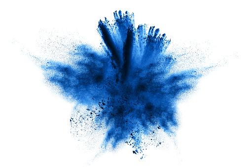 Photo libre de droit de Explosion De Poudre Explosion De Poudre Gros Plan Dexplosion De Particules De Poussière Bleu Isolée Sur Fond banque d'images et plus d'images libres de droit de Abstrait