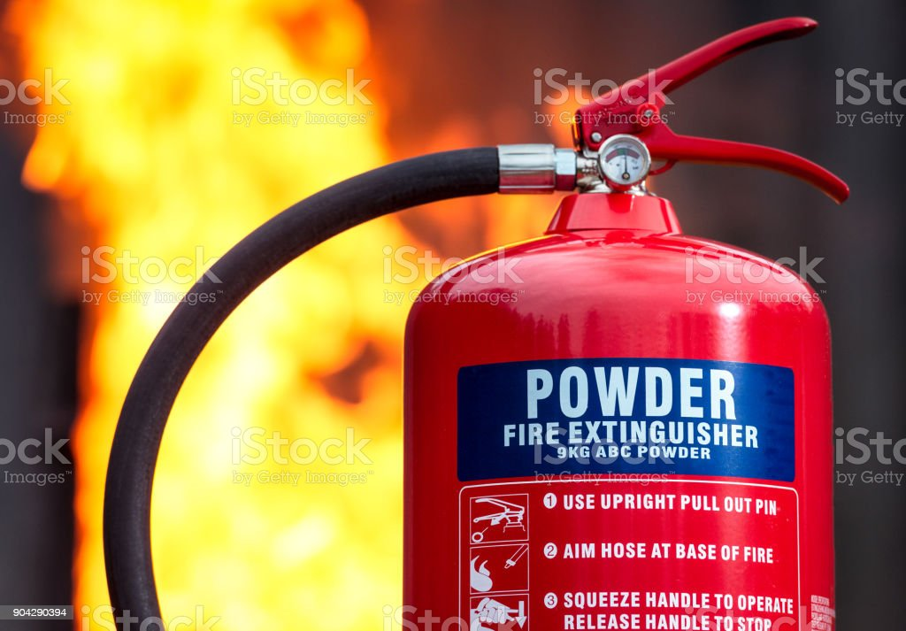 ABC-Pulver-Feuerlöscher mit Flammen hinter – Foto