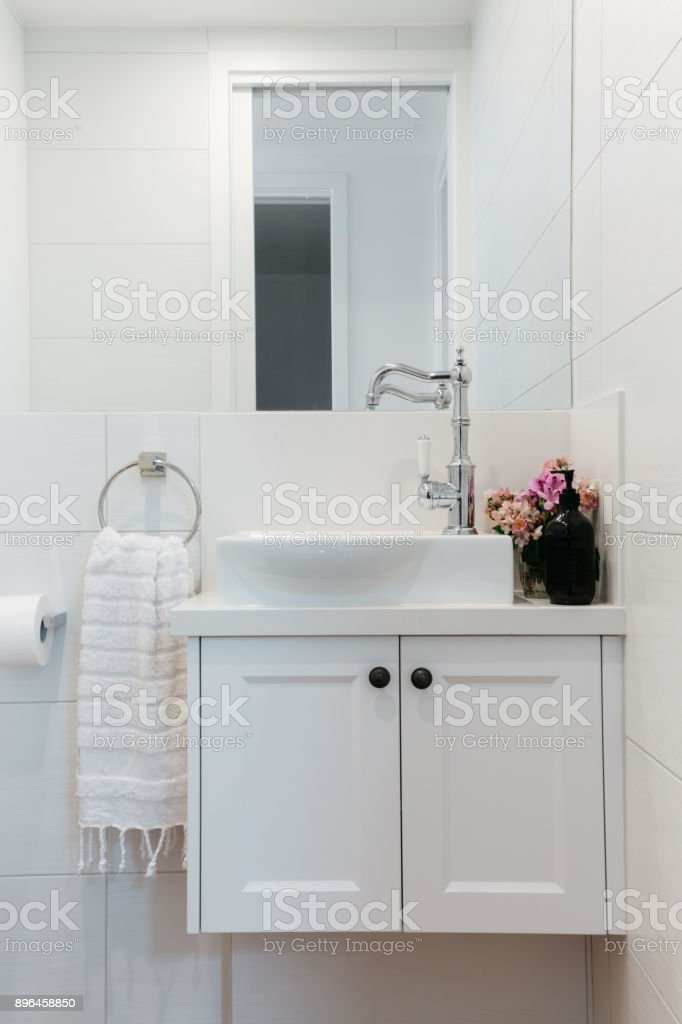 Vanidad del polvo de habitación en una casa de campo contemporánea - foto de stock