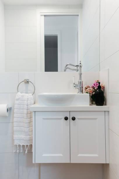powder room eitelkeit in einem modernen landhaus - badezimmer new york style stock-fotos und bilder