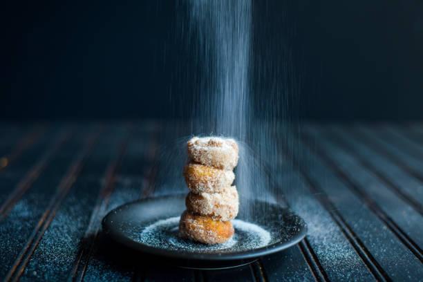 puderzucker donut - hausgemachte gebackene donuts stock-fotos und bilder
