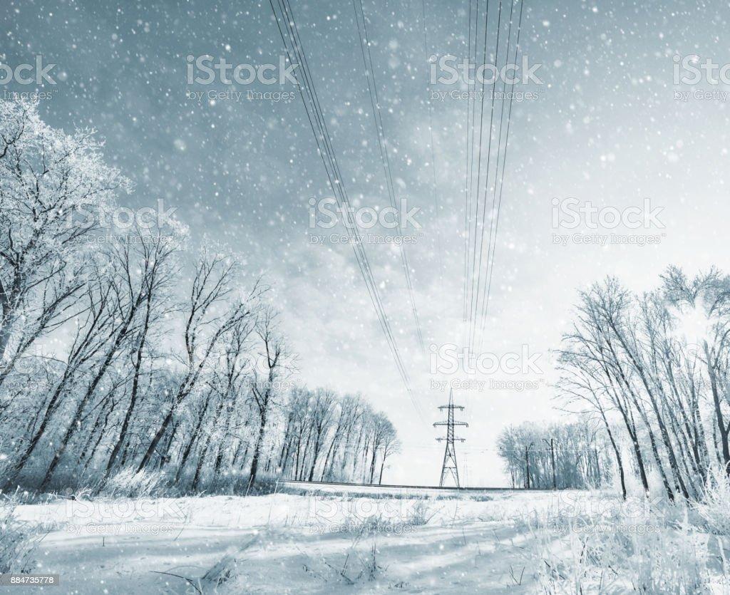 Power Line Türme im Winter Sturm mit einem Schneesturm – Foto