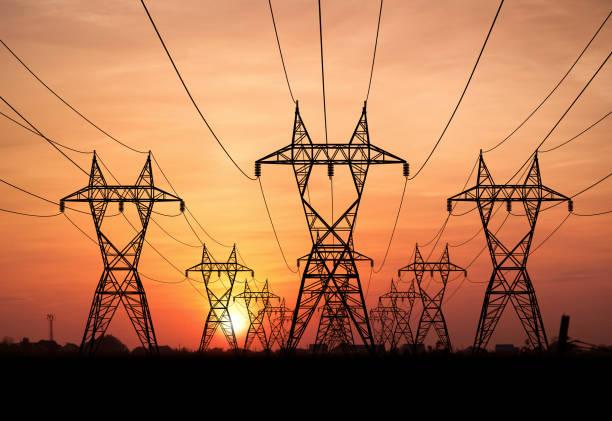 líneas eléctricas - electricity fotografías e imágenes de stock