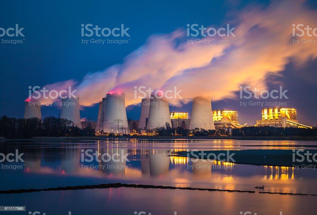 Planta de energía en la noche - foto de stock