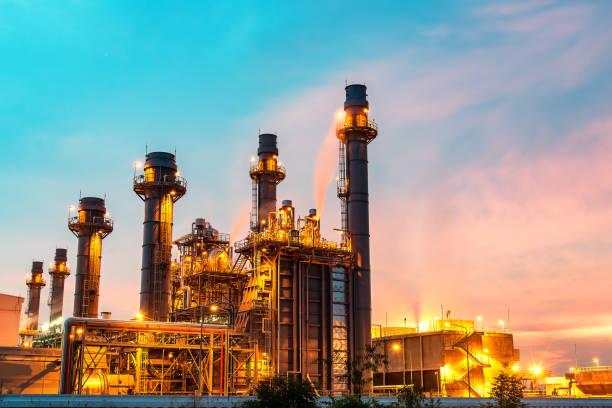 kraftwerk in der petrochemischen anlage am blauen himmel - petrochemische fabrik stock-fotos und bilder