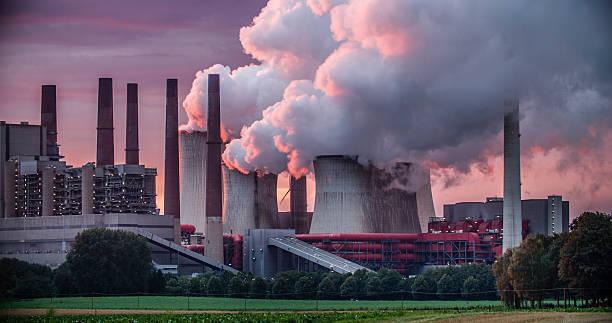 chimeneas de la central eléctrica - contaminación ambiental fotografías e imágenes de stock