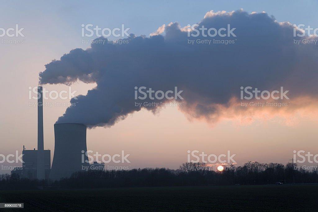 Электростанция и горячий Градирня и дымоход на закате Стоковые фото Стоковая фотография