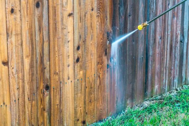 güç yıkama ahşap çit - yıkamak stok fotoğraflar ve resimler