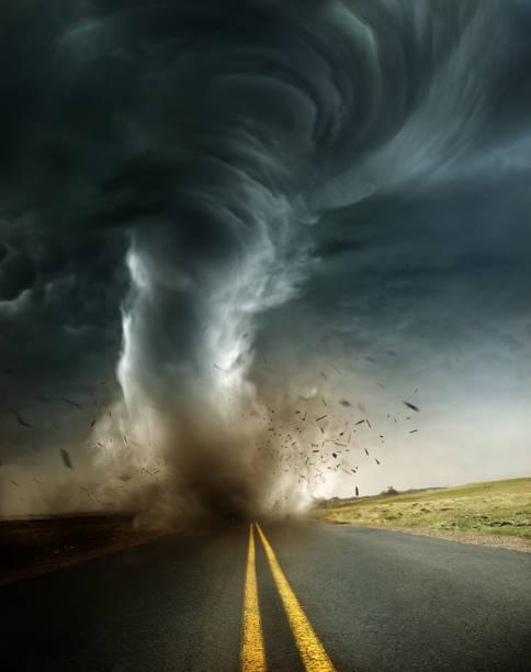 um tornado poderoso e destrutivo - tornado - fotografias e filmes do acervo