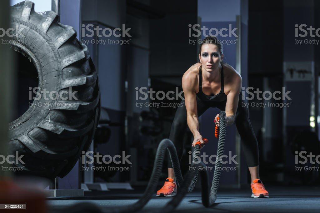 Leistungsstarke attraktive muskuläre Fitness-Trainer kämpfen Training mit Seilen Lizenzfreies stock-foto