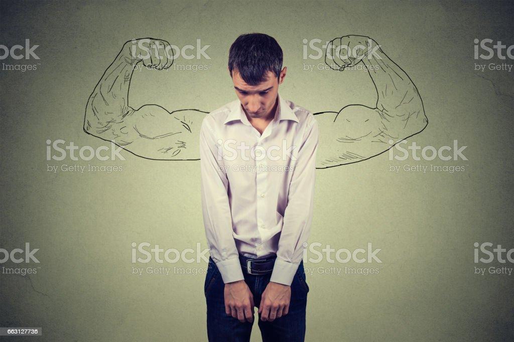 güçlü bir insan gerçeklik vs hırs hüsnükuruntu kavramı stok fotoğrafı