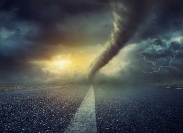 poderoso furacão enorme torção na estrada - tornado - fotografias e filmes do acervo