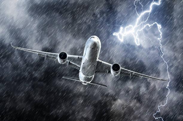 強大的雷暴閃電襲擊和大雨在天空客機。 - 亂流 個照片及圖片檔