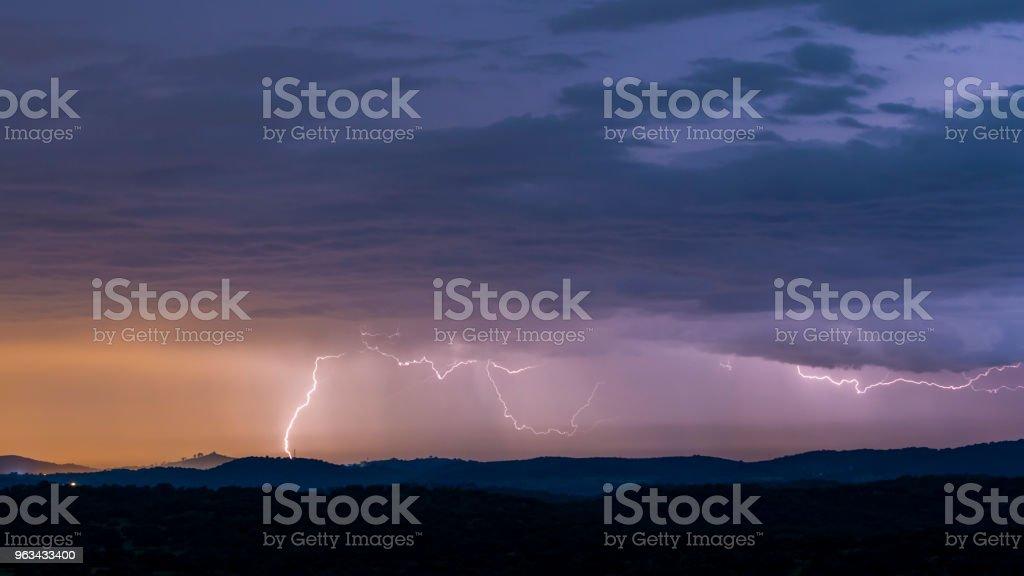 Potężna burza z piorunami nad wzgórzami - Zbiór zdjęć royalty-free (Atmosfera - Wydarzenia)