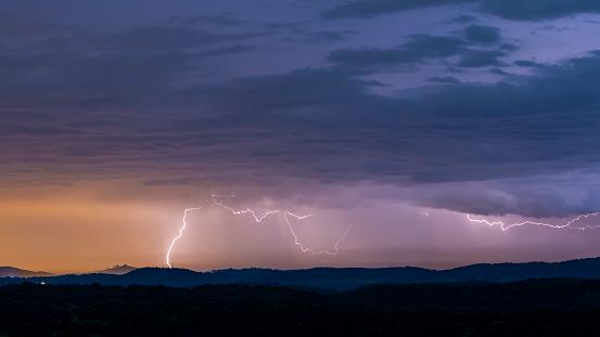 Powerful Thunderstorm Over Hills - zdjęcia stockowe i więcej obrazów Atmosfera - Wydarzenia