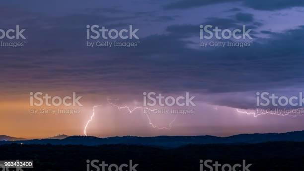 Potężna Burza Z Piorunami Nad Wzgórzami - zdjęcia stockowe i więcej obrazów Atmosfera - Wydarzenia