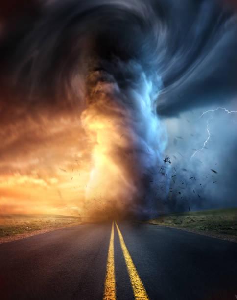 een krachtige tornado bij zonsondergang - tornado stockfoto's en -beelden