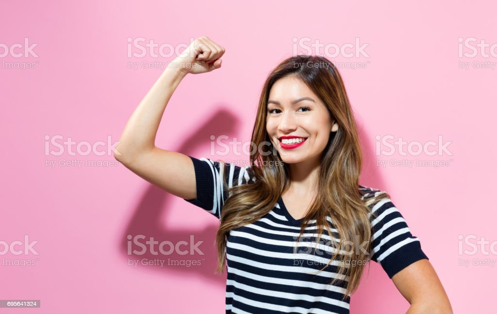 Potente mujer joven - foto de stock