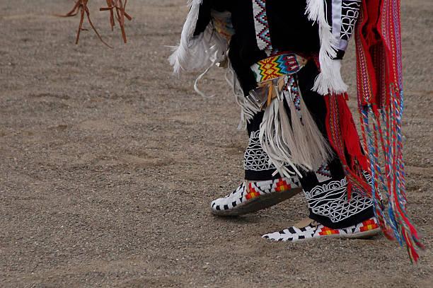 pow-wow - indianer kostüm herren stock-fotos und bilder