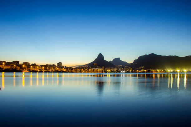 Pôr do sol na Lagoa Rodrigo de Freitas Sunset at Rodrigo de Freitas Lagoon in Rio de Janeiro. lagoa rio de janeiro stock pictures, royalty-free photos & images