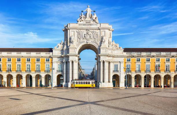 praca do comercio with yellow tram, lisbon, portugal - lisbona foto e immagini stock