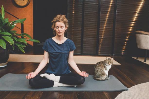 在家練習瑜伽 - 瑜珈 個照片及圖片檔