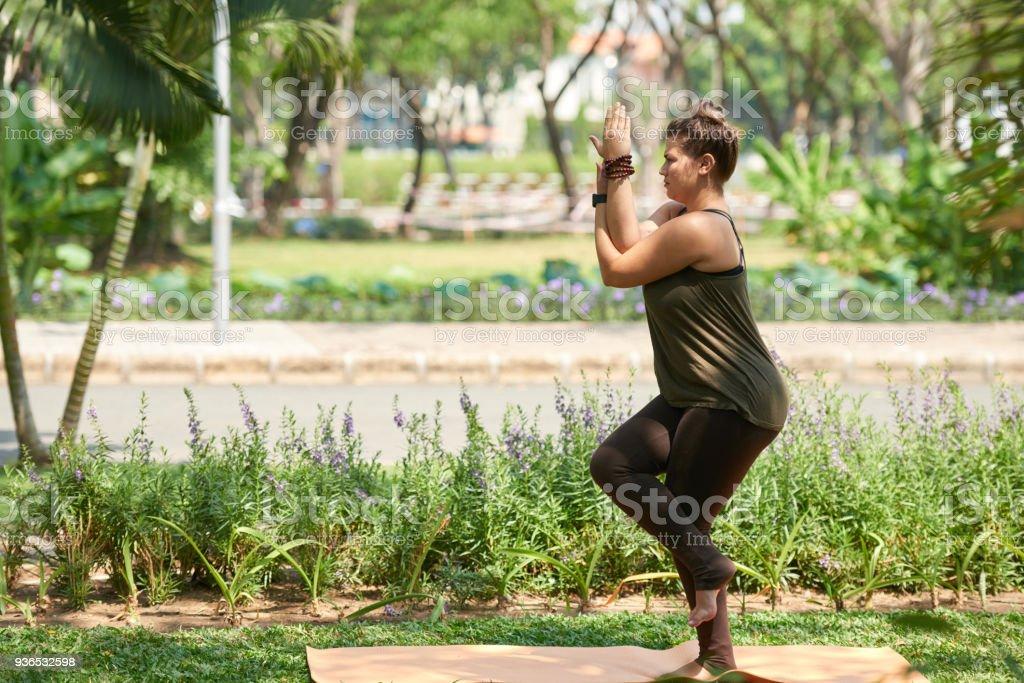 在公共公園練習瑜伽圖像檔