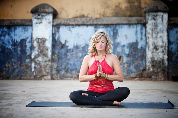 üben yoga - kundalini yoga stock-fotos und bilder