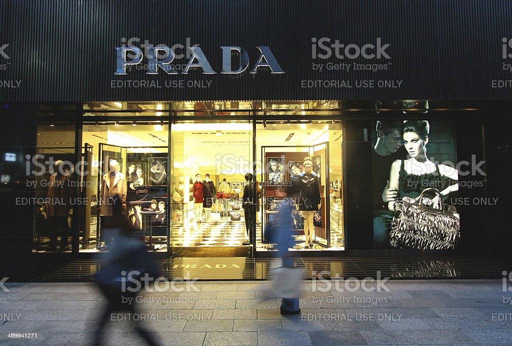 Prada boutique a Tokyo Ginza, - Foto stock royalty-free di Abbigliamento