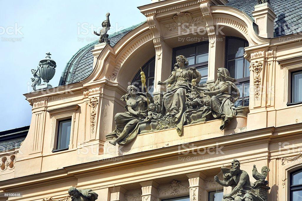 Detalles arquitectónicos de Praga, República Checa, estatuas, ubicado en el último piso foto de stock libre de derechos