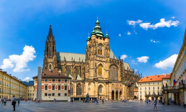 Prag, gotische Glockentürme und die Kathedrale St. Vitus. St. Vitus ist eine römisch-katholische Kathedrale in Prag, Tschechien. Panoramablick vom Hof auf die Südfassade. Prag, Tschechien. – Foto