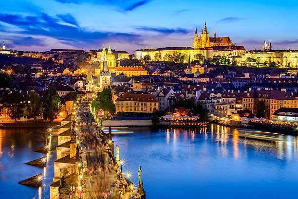prague castle and charles bridge, czech republic - çek cumhuriyeti stok fotoğraflar ve resimler